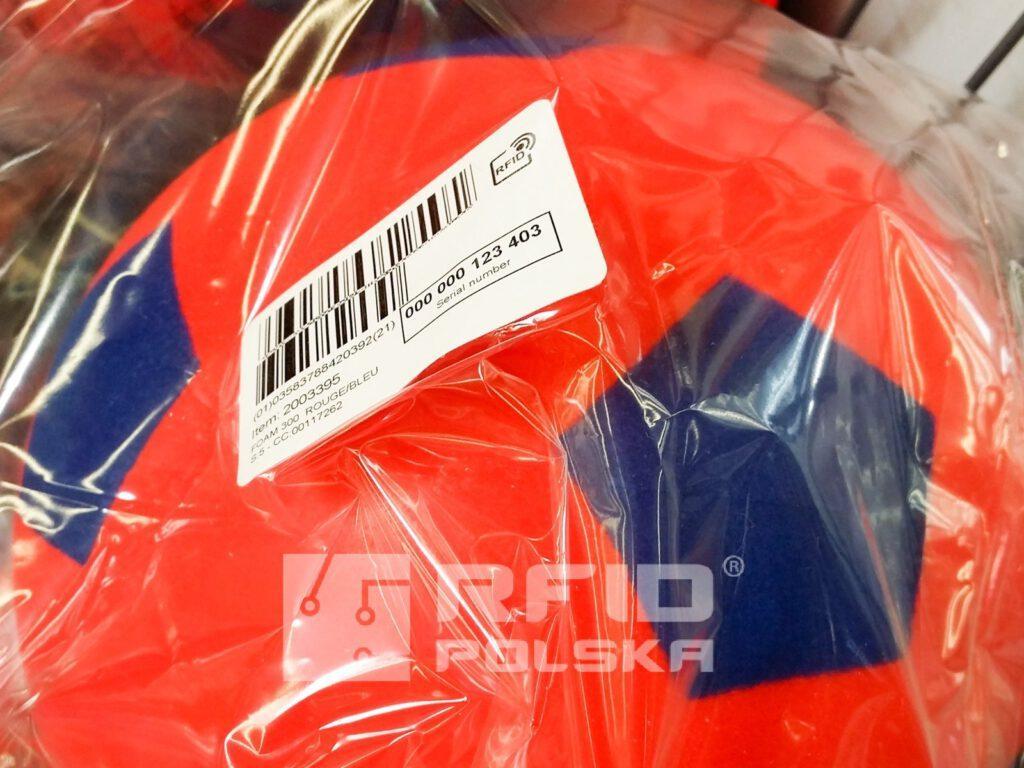 etykieta identyfikacyjna RFID w sklepie Decathlon