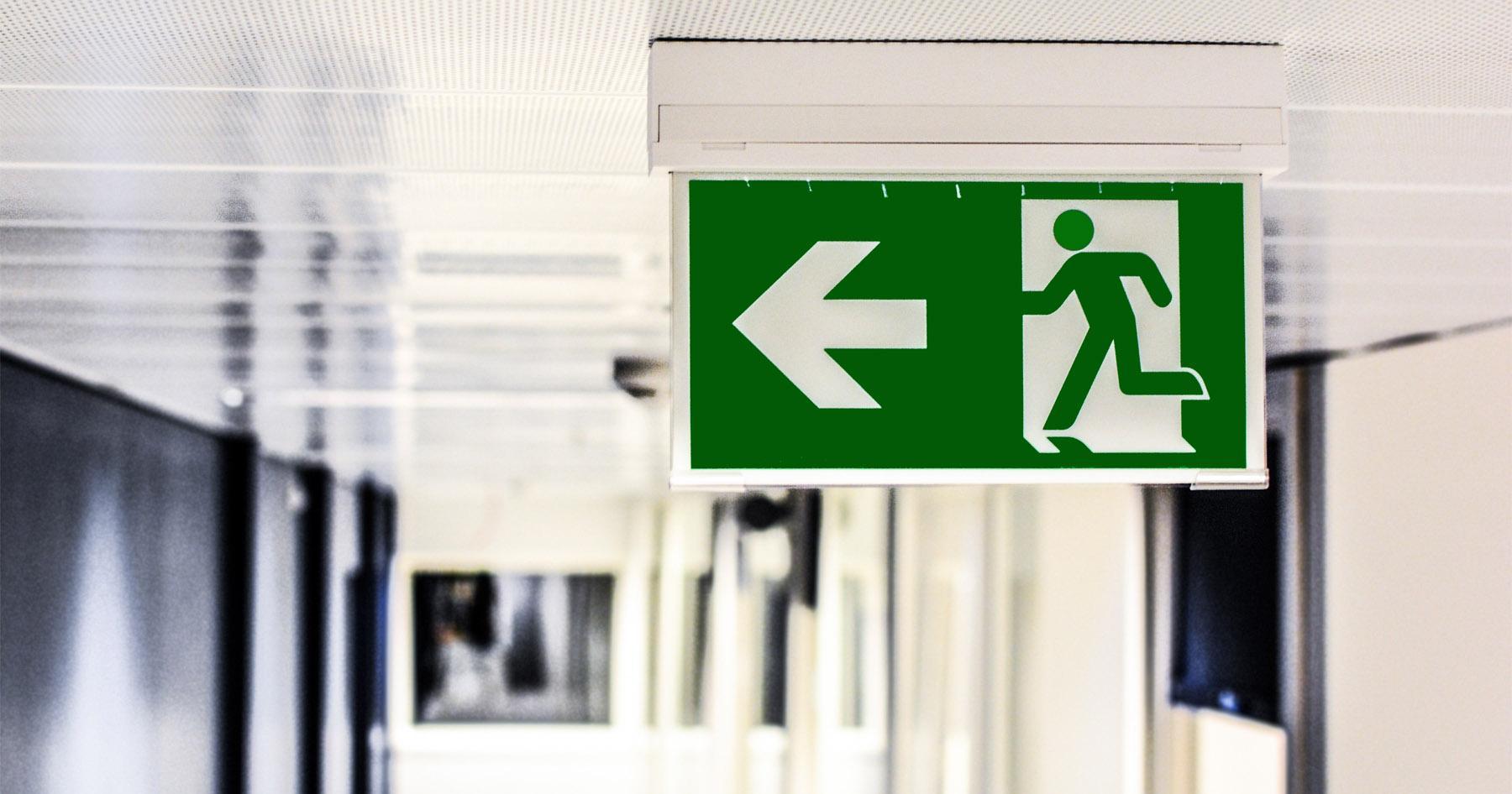Znak pokazujący kierunek ewakuacji